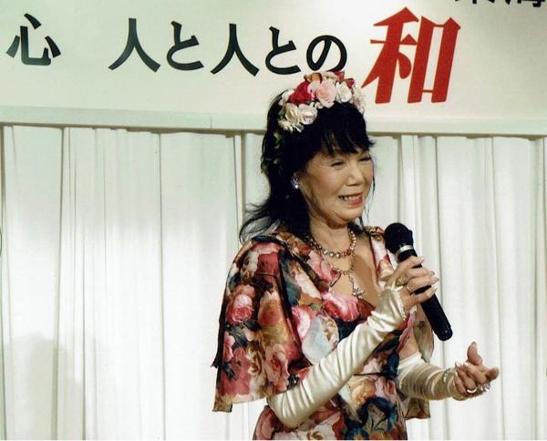 PHP全国大会で歌唱する松永満智子