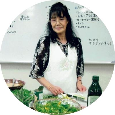 ハーブサラダのレシピを紹介する松永満智子